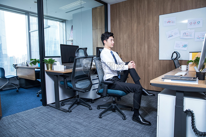 男性办公室锻炼身体图片