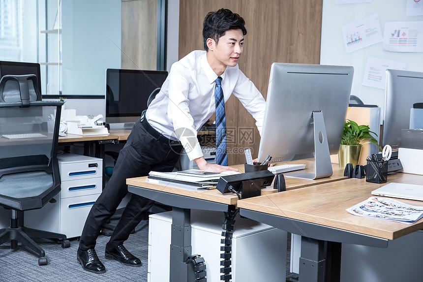 男性办公室锻炼俯卧撑图片