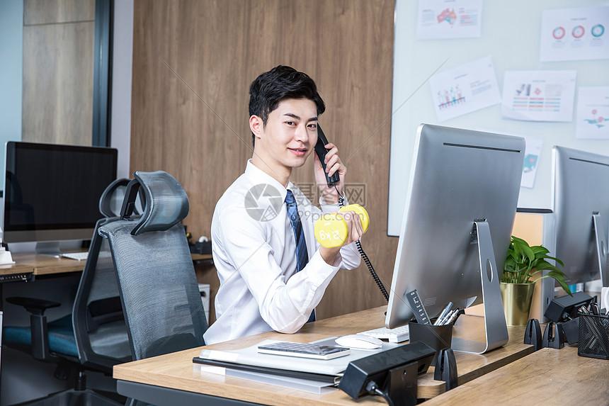 男性办公室电话锻炼哑铃图片