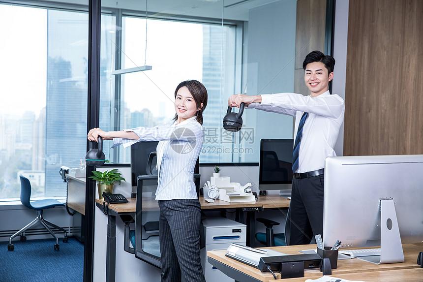 办公室锻炼壶铃图片