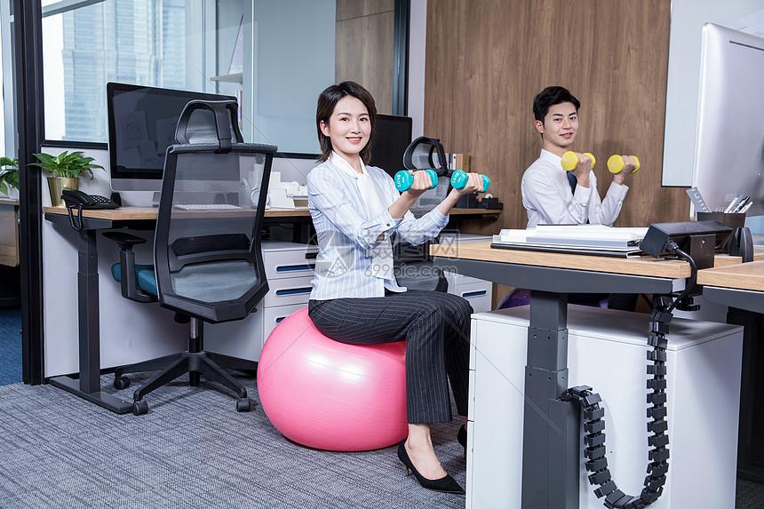 办公室锻炼瑜伽哑铃图片