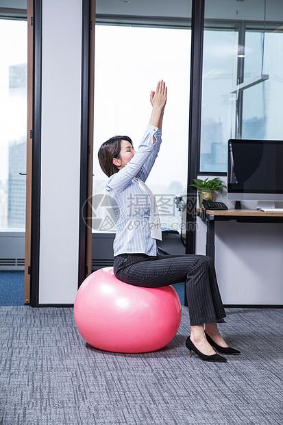 女性办公室锻炼瑜伽图片