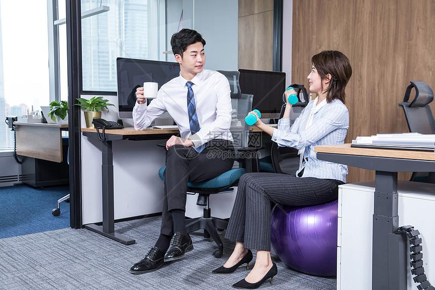 办公室健身哑铃交谈图片