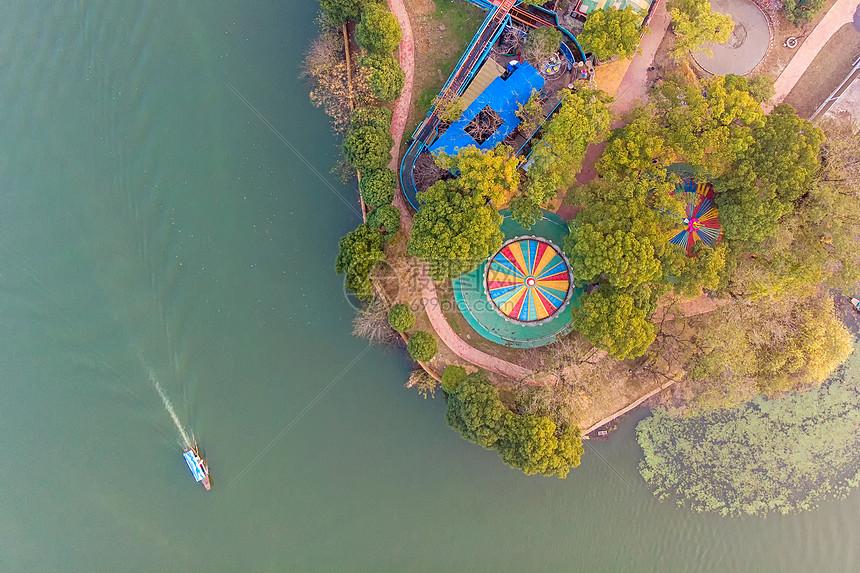 俯瞰划过公园湖边的游艇图片