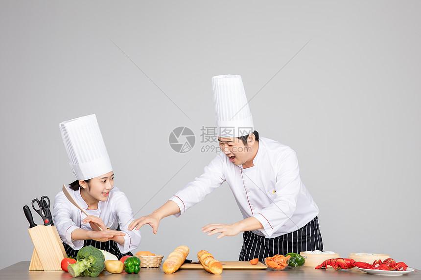 两个厨师图片