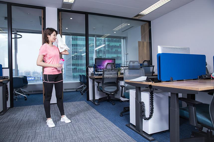 办公室运动锻炼图片