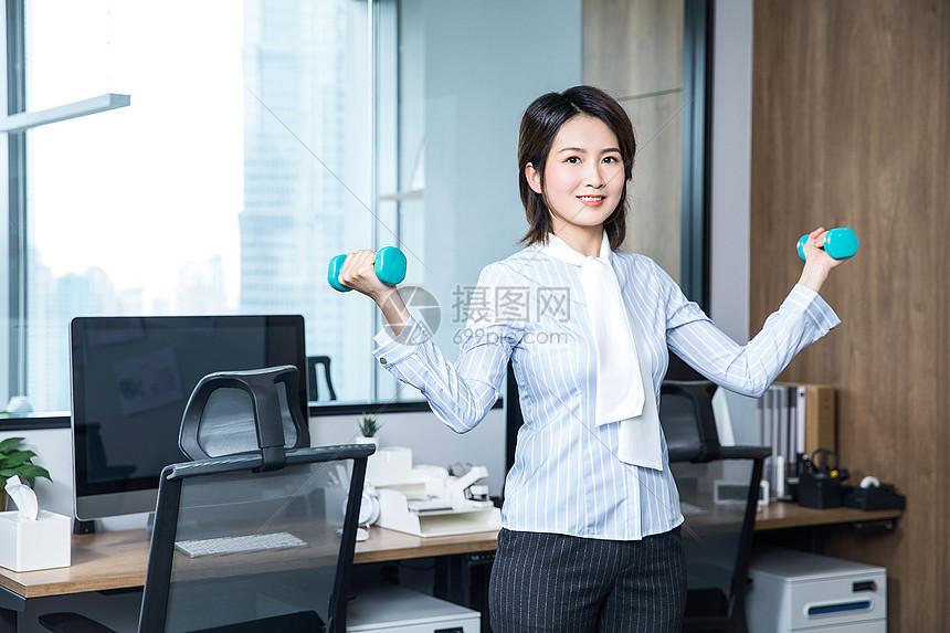 女性办公室健身哑铃图片