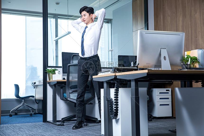 男性办公室锻炼图片