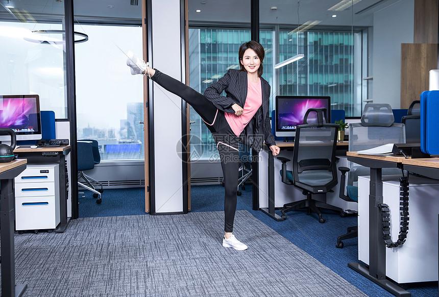 女性办公室健身图片