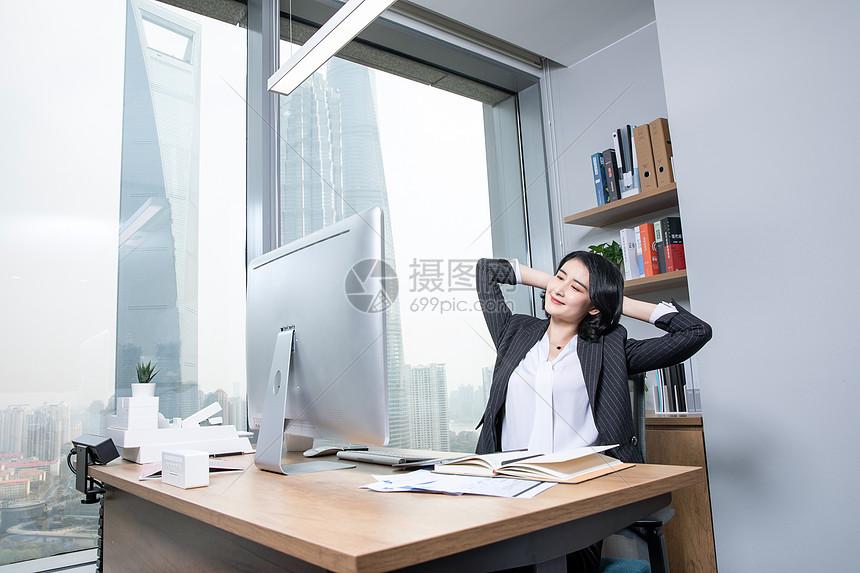 职场女性办公室办公图片