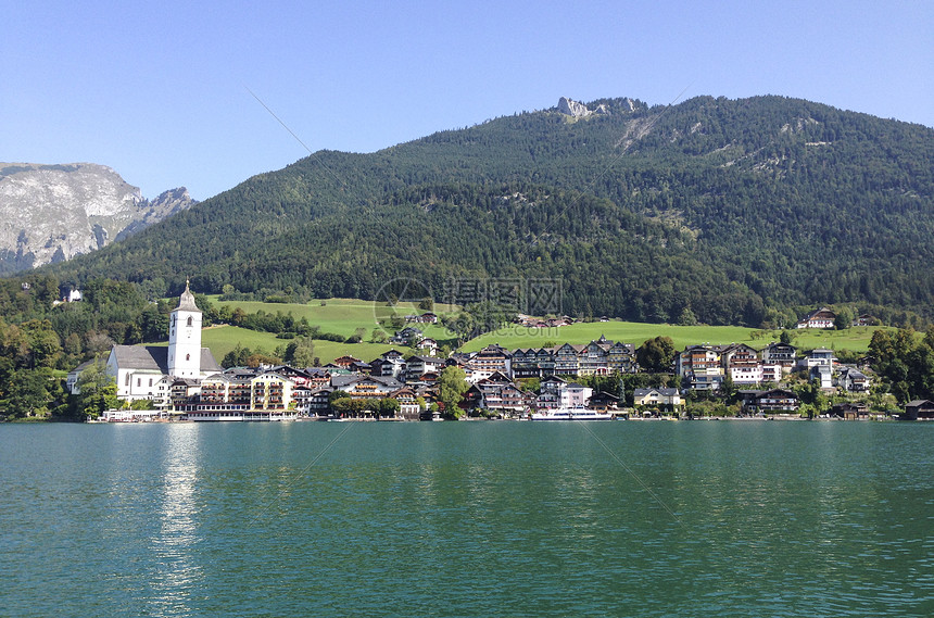 远眺奥地利度假胜地沃尔夫冈小镇图片