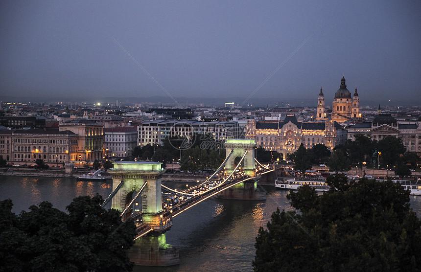俯瞰布达佩斯链子桥夜景图片