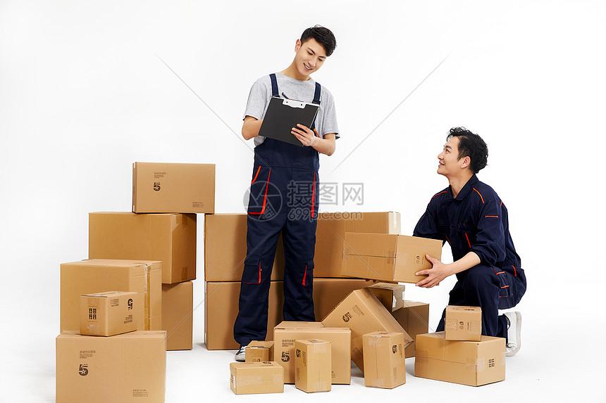 快递人员寄件发货图片