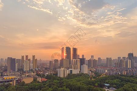 夕阳晚霞落日下的城市天际线图片