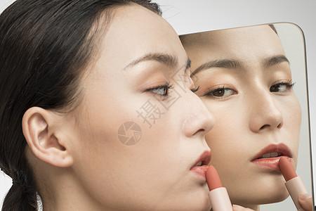 对着镜子化妆的美女图片