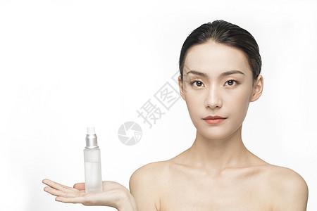 展示化妆品的护肤美女图片