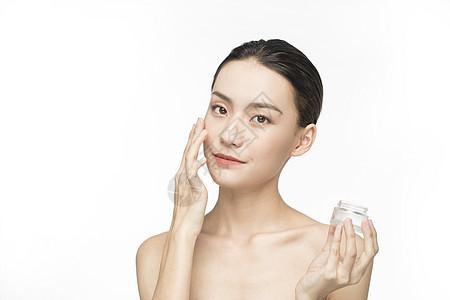 使用化妆品的护肤美女图片