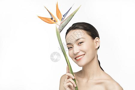 拿着绿植的护肤美女图片