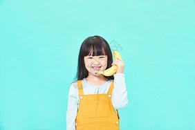 小女孩拿香蕉打电话图片