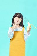 小女孩吃香蕉图片