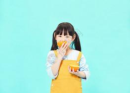 小女孩吃橙子图片