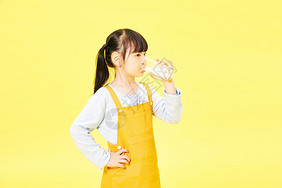 小女孩喝牛奶图片