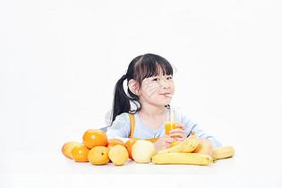 小女孩喝果汁图片