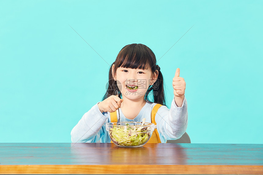 小女孩吃沙拉点赞图片