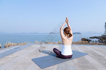 女性瑜伽晨练图片