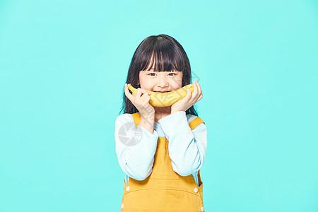 儿童节小女孩吃香蕉图片
