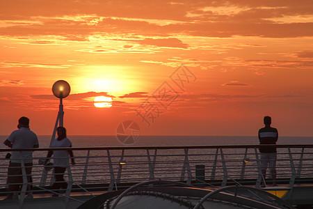 邮轮上看壮观的日出图片