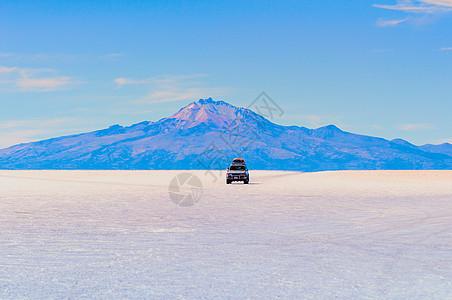 乌尤尼盐湖上奔驰的汽车图片