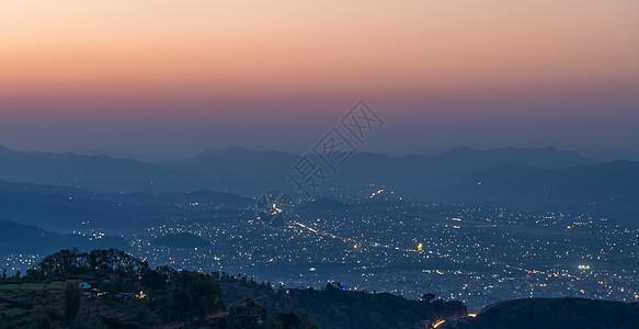 尼泊尔博卡拉黎明前的城市夜景图片