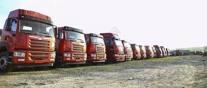 停靠在路边的一排货车图片