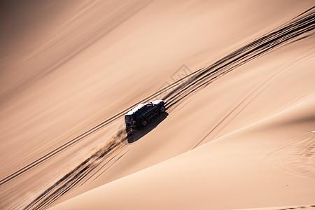 沙漠风光汽车运动冲沙图片