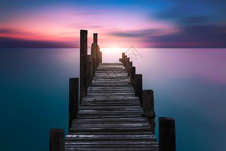 落日栈桥图片