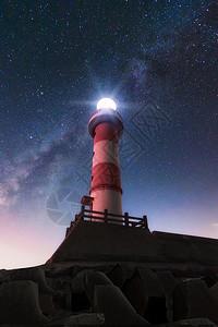 星空下的灯塔图片