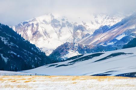 新疆天山雪山冬季雪景图片