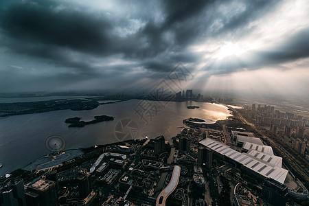 透过雨云的一道耶稣光下的苏州图片
