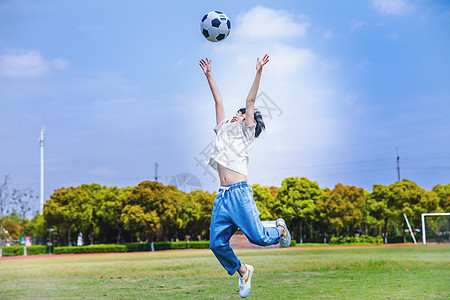 小学生操场踢足球图片