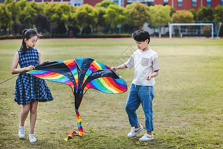 小学生操场放风筝图片