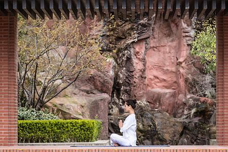 女性瑜伽冥想图片