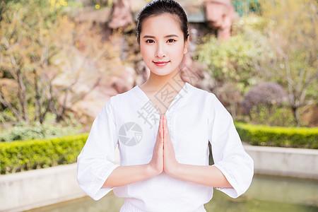 女性瑜伽合掌图片