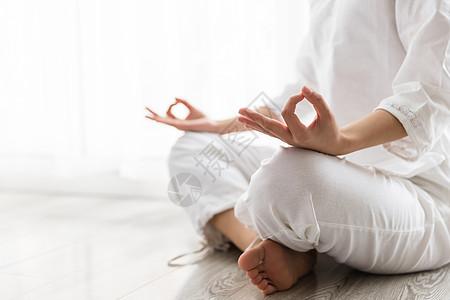 女性瑜伽打坐冥想特写图片