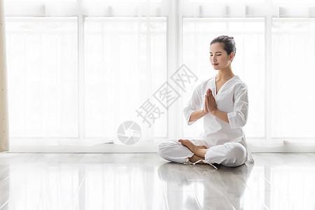 女性瑜伽打坐冥想图片