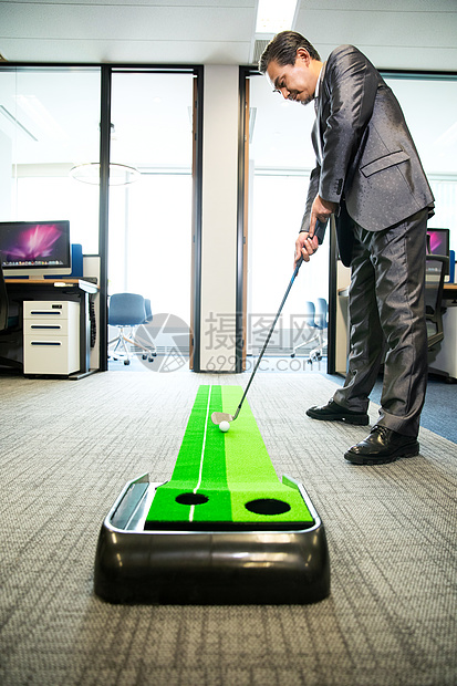 商务男士办公室打高尔夫图片
