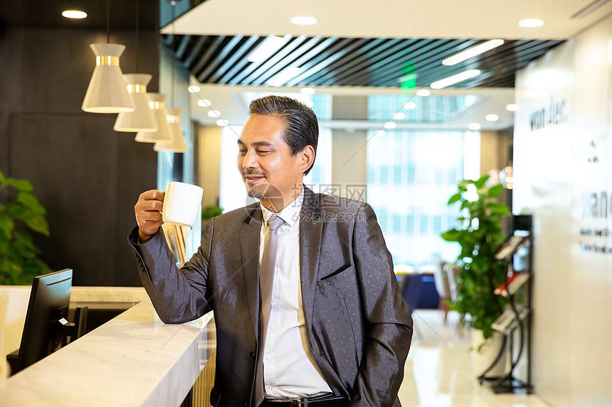 商务男性喝咖啡图片