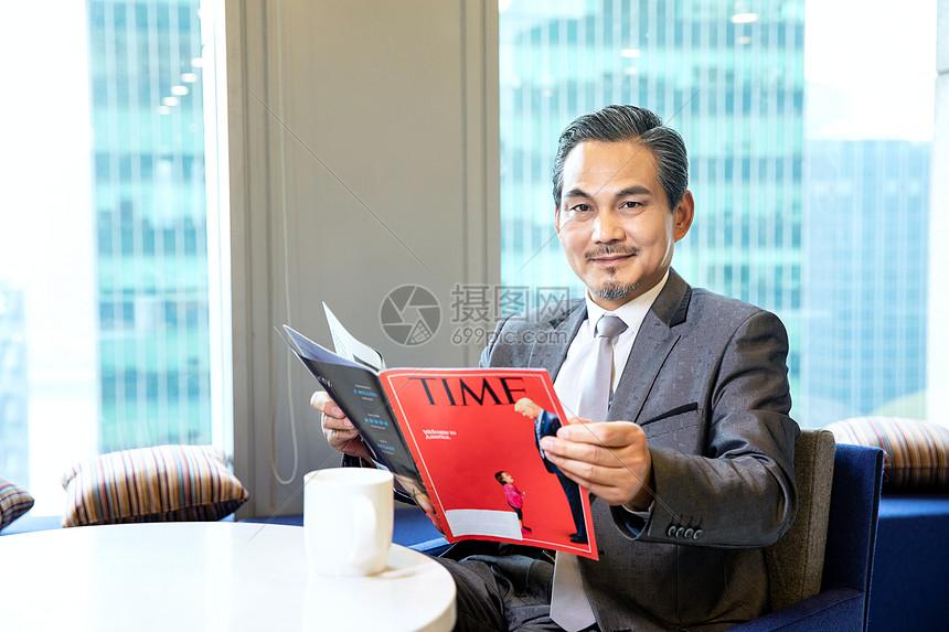 商务男士看杂志图片