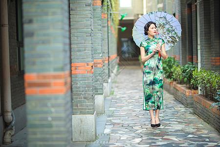 旗袍女性打伞图片