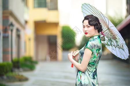 旗袍女性打伞回眸图片